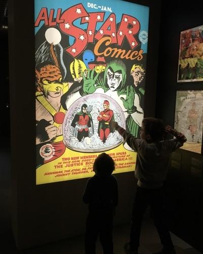 Activité en famille à Paris, exposition des Super Héros Batman Superman Wonderwoman ©aunomi