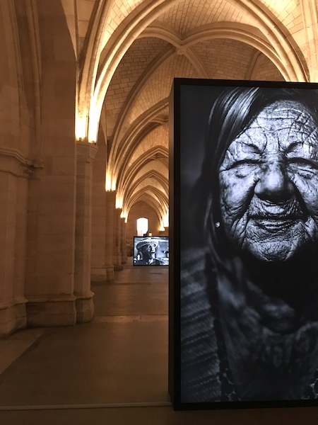 Exposition photo Nikos Aliagas à la Conciergerie Paris ©aunomi